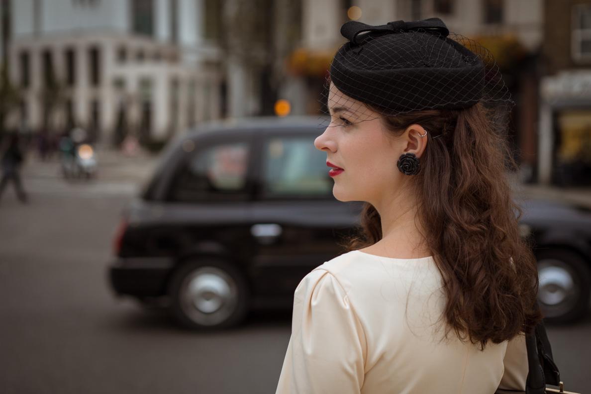 Vintage-Bloggerin RetroCat mit einem schwarzen Hut von Collectif Clothing