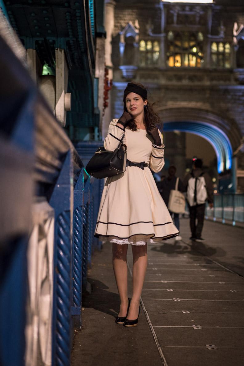 RetroCat in einem Swing-Kleid von BlackButterfly auf der Tower Bridge in London
