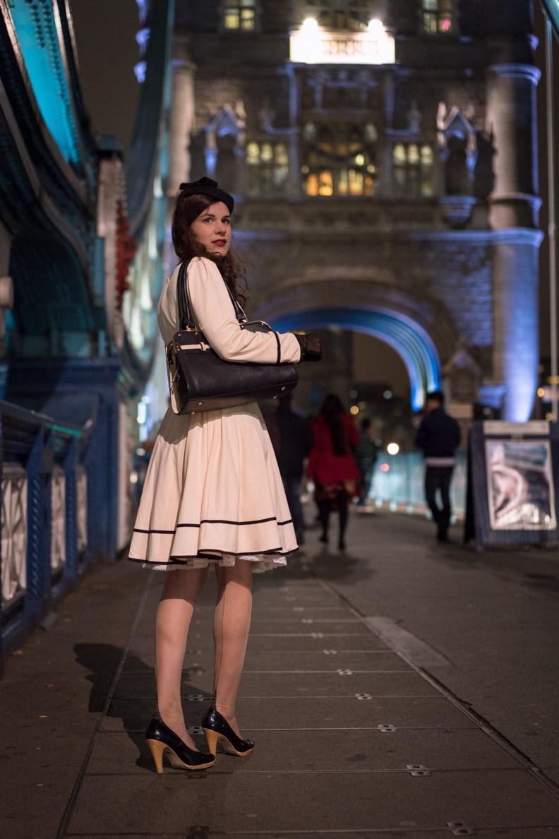 """Fashion-Bloggerin RetroCat mit dem Kleid """"Grace"""" und Nahtstrümpfen auf der Tower Bridge"""