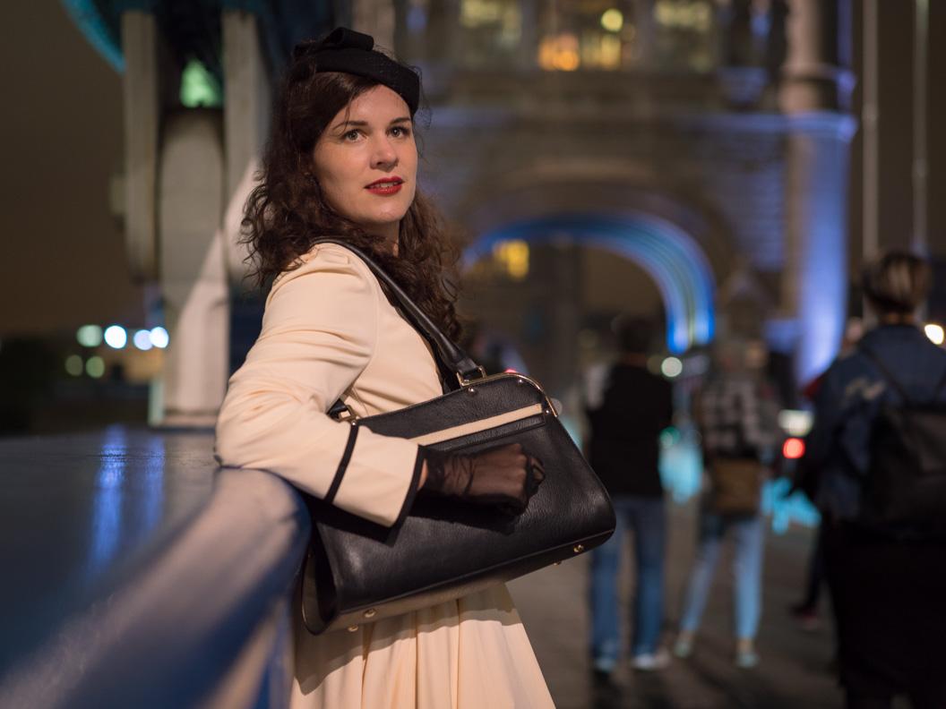 """Vintage-Bloggerin RetroCat im Kleid """"Grace"""" auf der Tower Bridge"""