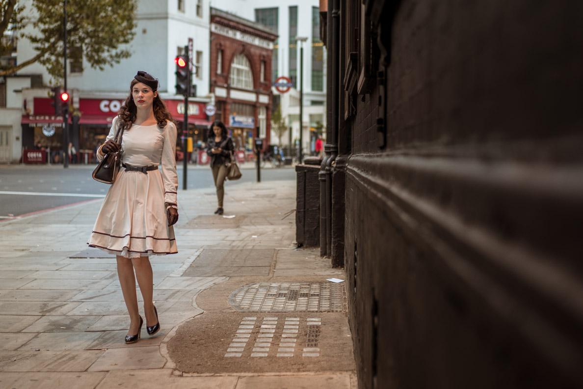 RetroCat mit Vintage-Kleid und Retro-Hut in den Straßen von London