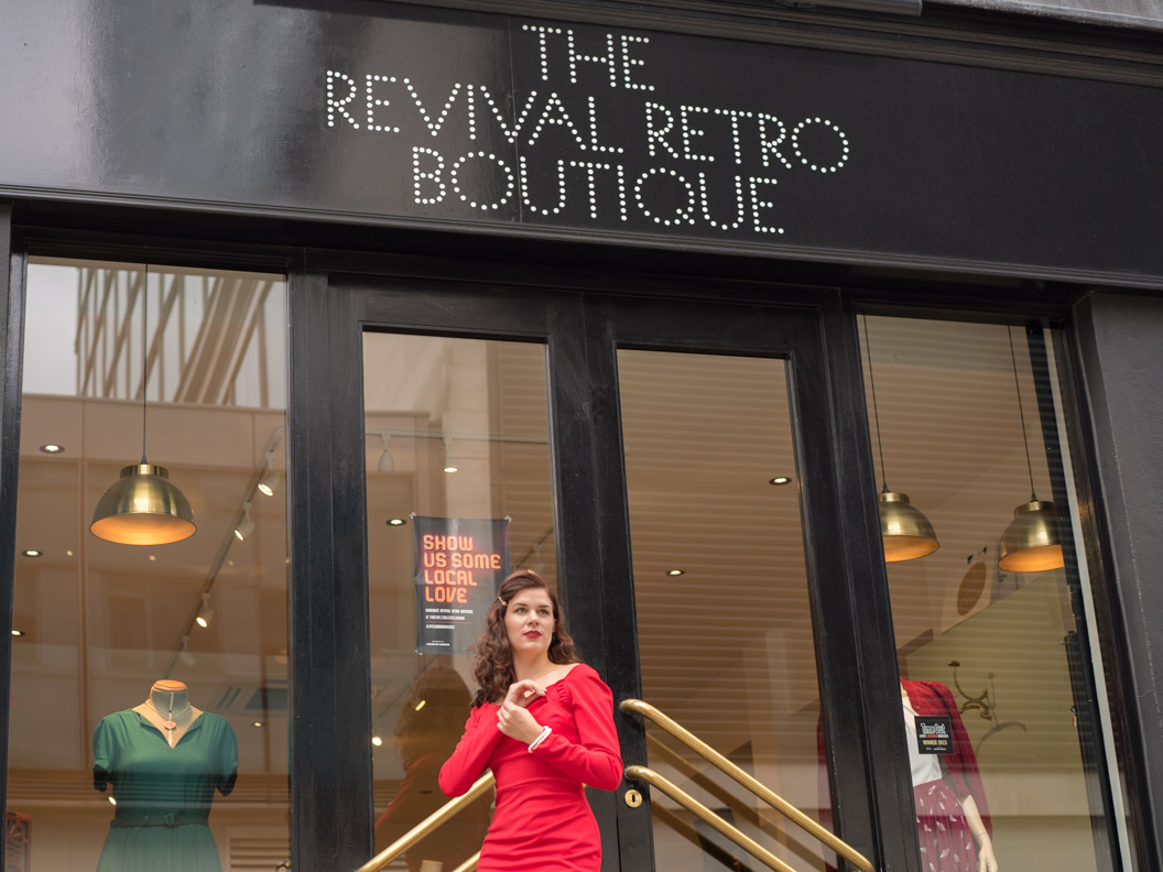 RetroCat vor der Revival Retro Boutique in London