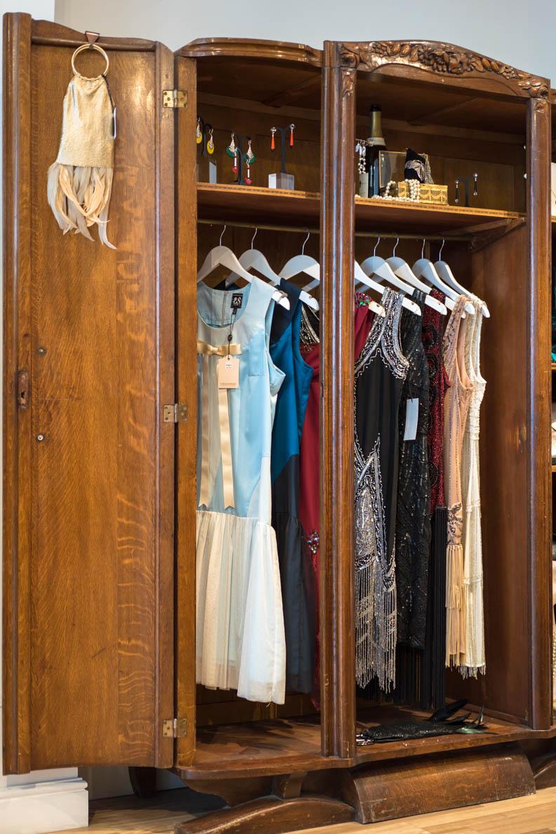 Verschiedene Retro-Kleider bei Revival Retro in London