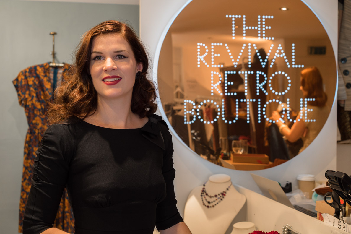 RetroCat in einem schwarzen Kleid von Stop Staring! bei Revival Retro in London