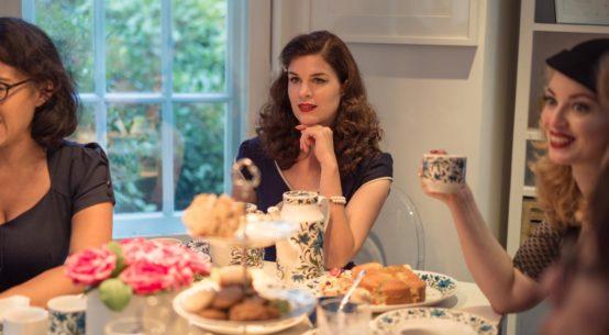 Perfekt für die Tea Time: Das blaue Bleistiftkleid
