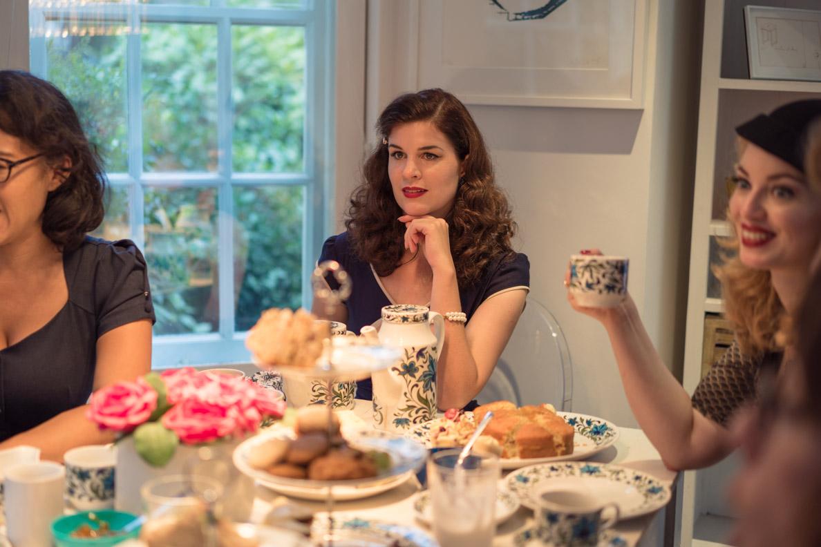 Bloggerin RetroCat bei der Tea Time mit anderen Vintage-Ladys