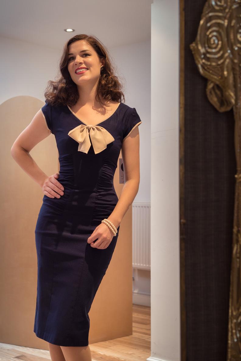 Fashion-Bloggerin RetroCat trägt ein blaues Bleistiftkleid von Stop Staring!