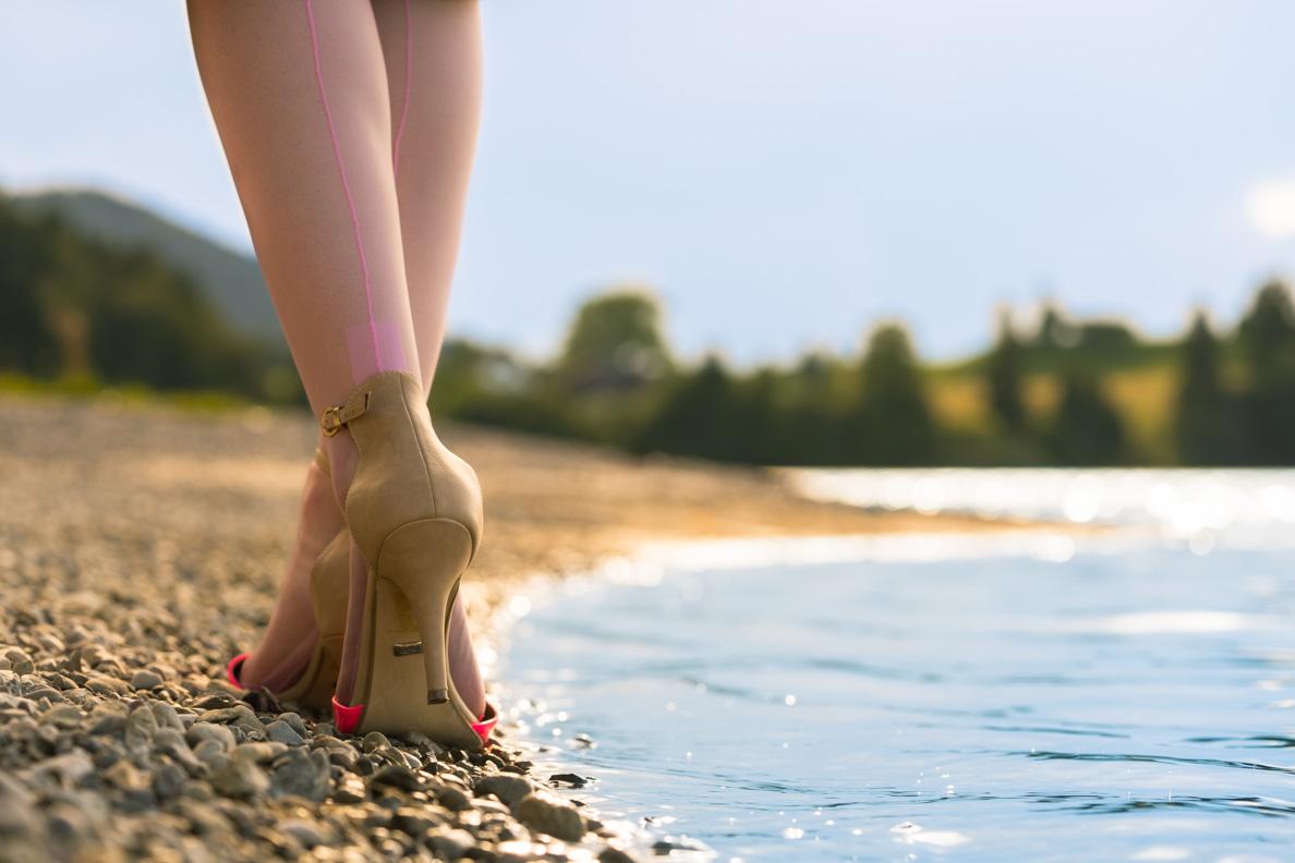 """RetroCat mit den """"Premier European Heel""""-Strümpfen in Rosa von Secrets in Lace Europe"""