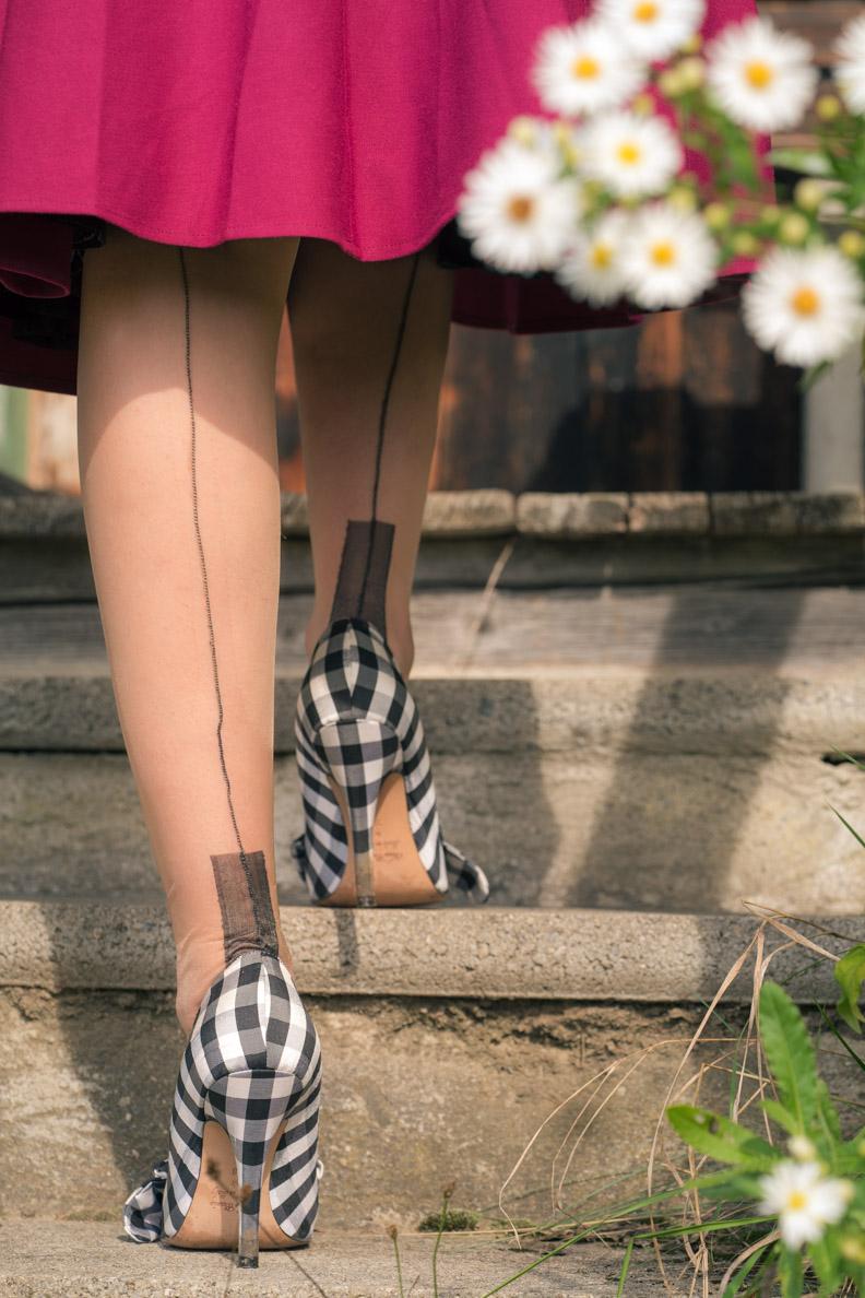 RetroCat mit den European Heel Strümpfen mit schwarzer Naht von Secrets in Lace