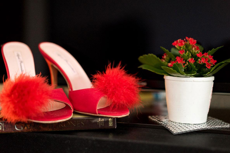 Rote Mules von Agent Provocateur und farblich passende Blumen
