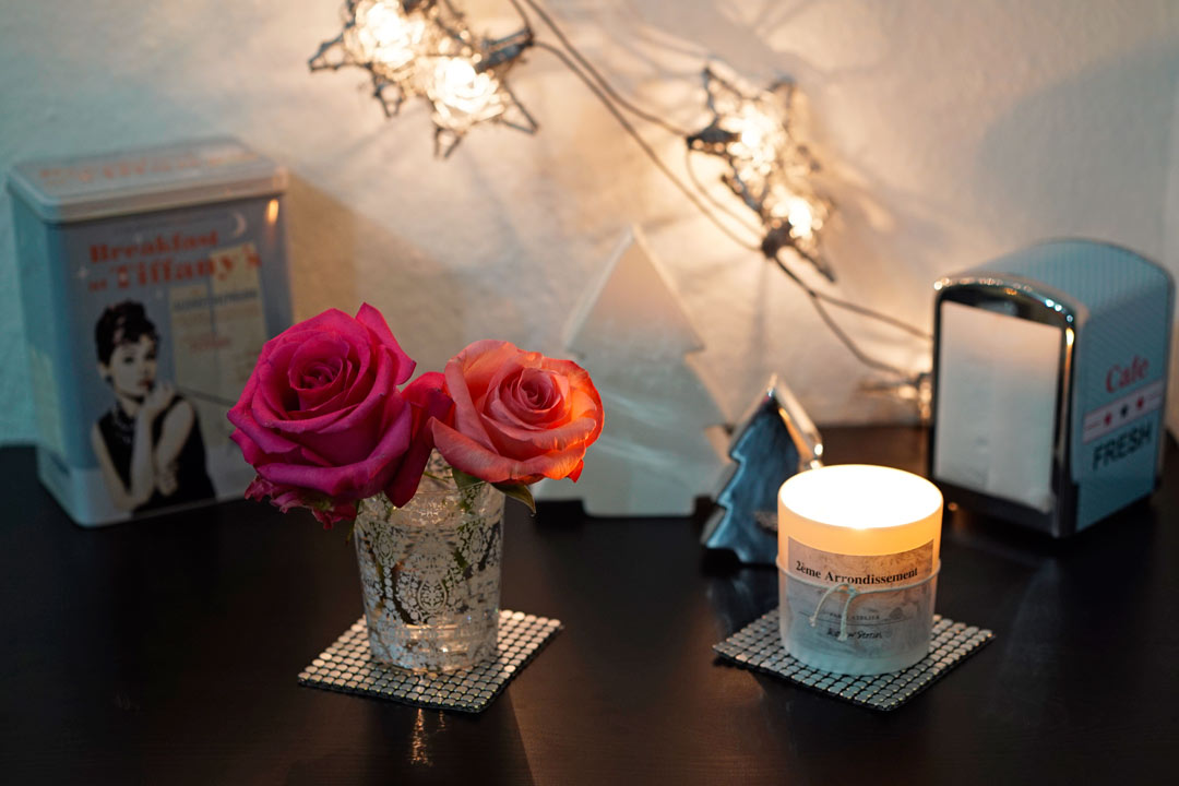 Rosen, Lichterkette und Duftkerzen
