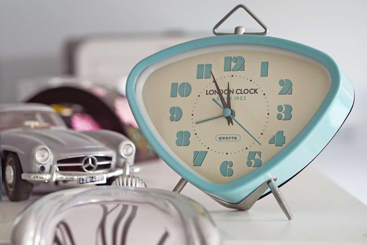 Ein hellblauer Retro-Wecker von London Clock