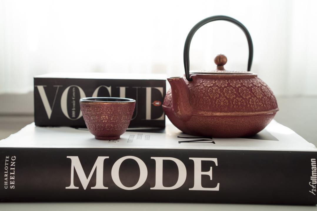 Bildbände und eine japanische Teekanne im Retro-Stil