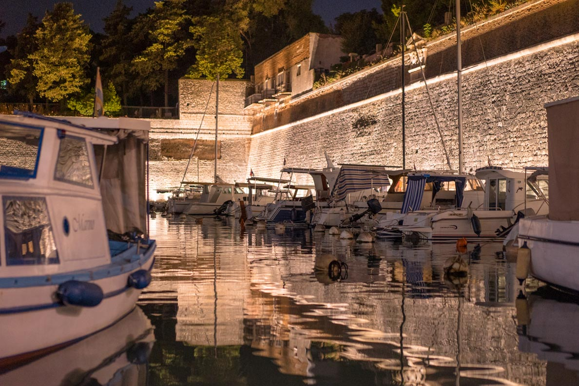 Ein kleiner Hafen in Zadar bei Nacht