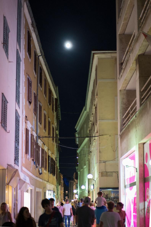 Die charmanten Gassen von Zadar bei Nacht