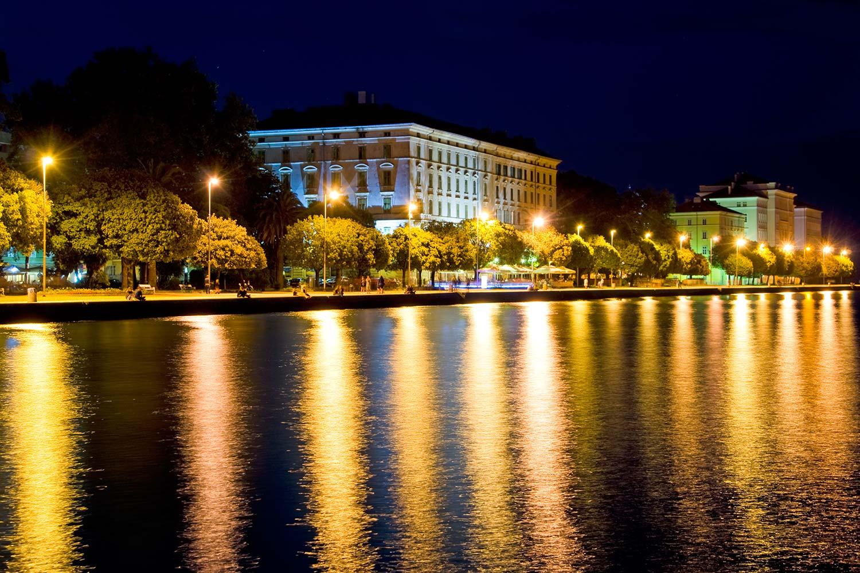 Die Strandpromenade in Zadar bei Nacht
