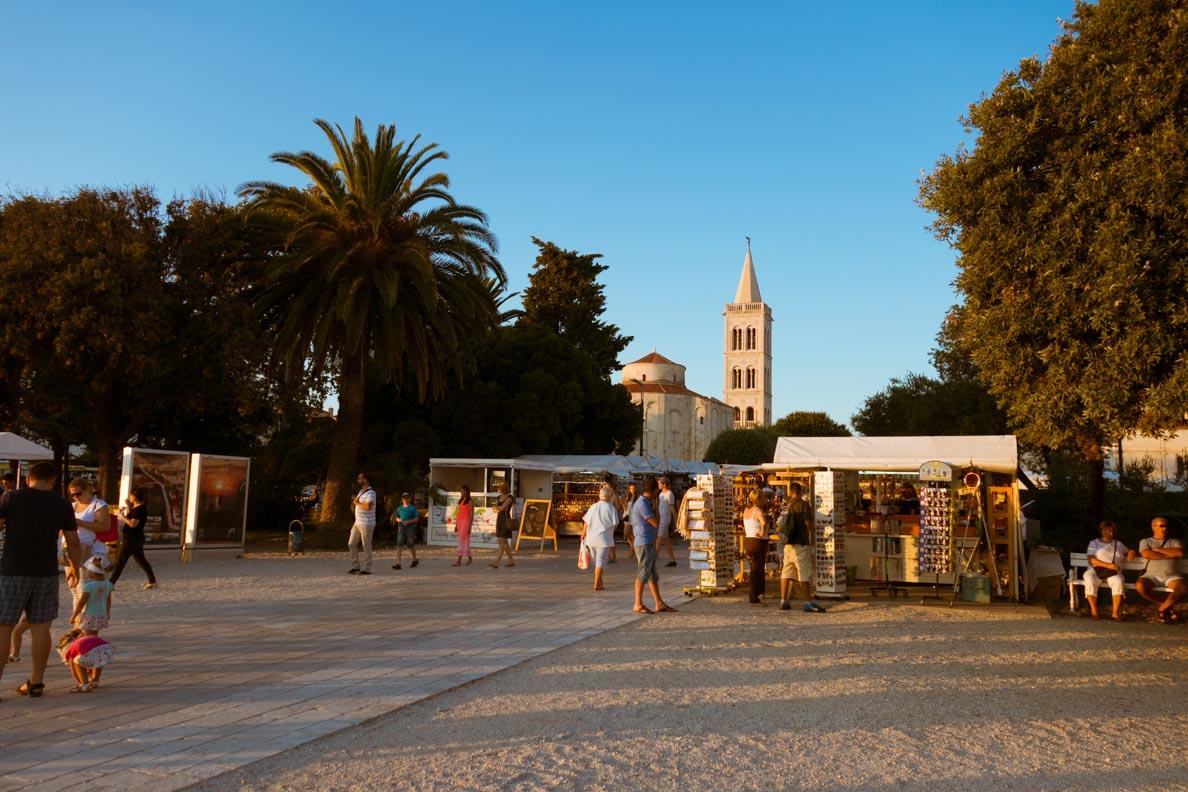 Die Marktstände in der Hafenstadt Zadar