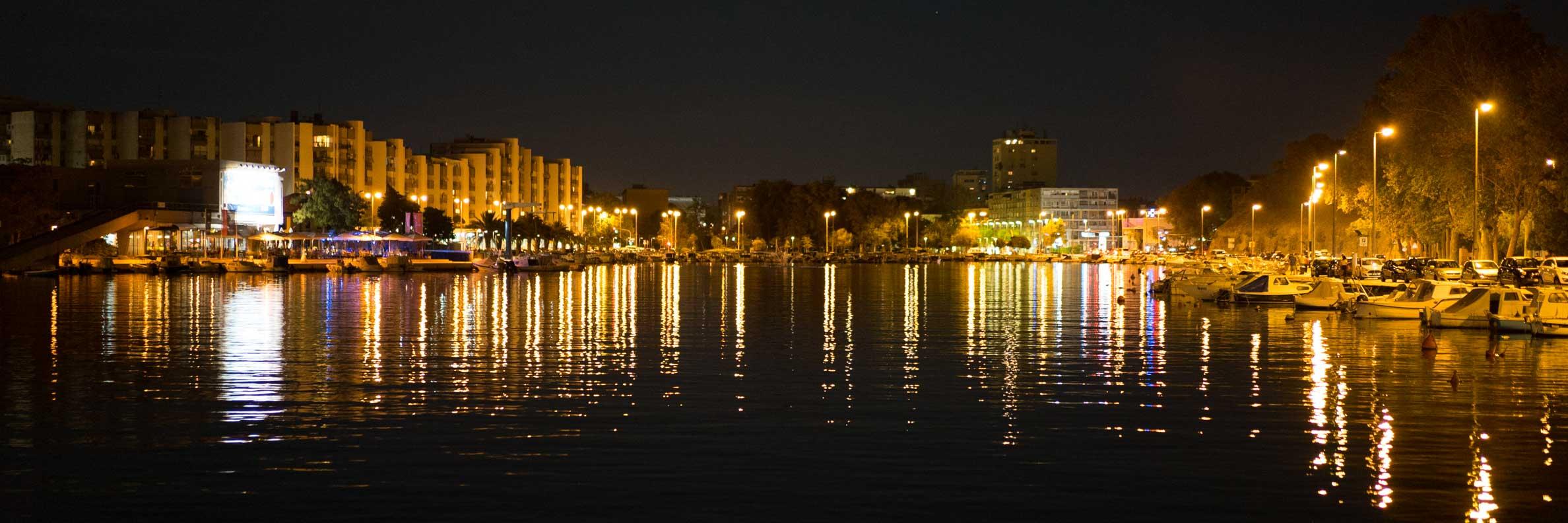 Eine Panorama-Aufnahme von Zadar bei Nacht