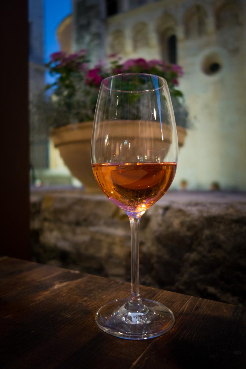 Ein Weinglas gefüllt mit leckerem Rosé