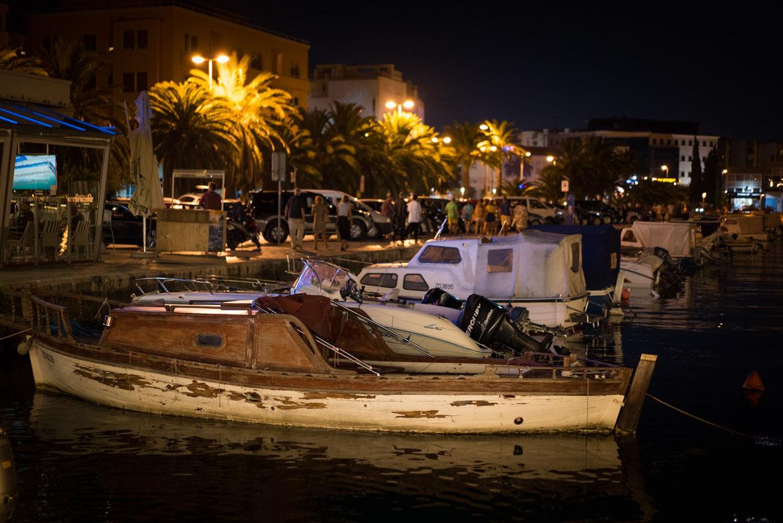 Ein altes Boot im Hafen von Zadar