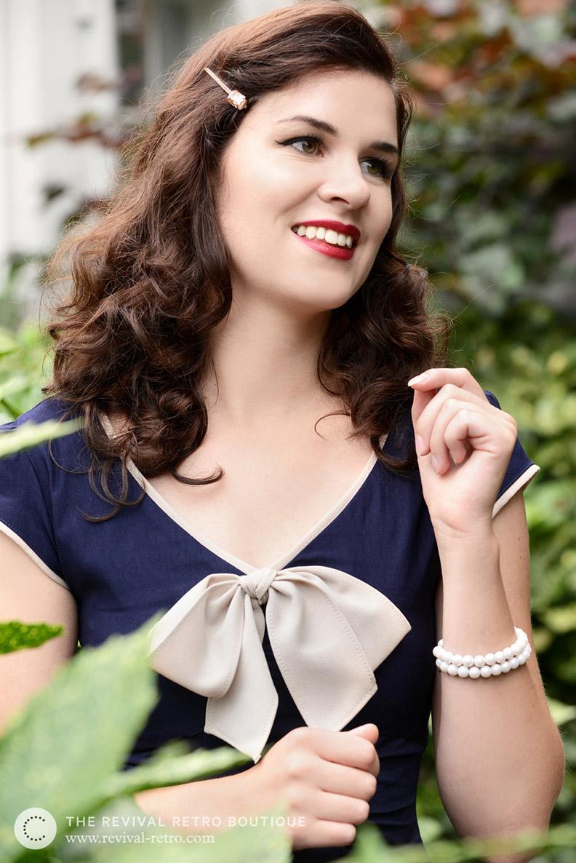 Vintage-Bloggerin RetroCat in einem Vintage-Kleid mit Schleife am Ausschnitt