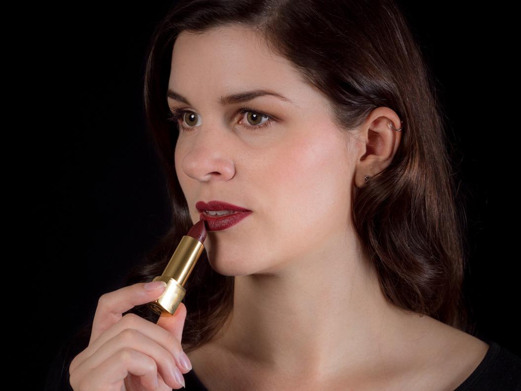 "Beauty-Bloggerin RetroCat mit dem Rouge Allure Velvet Lipstick in ""Rouge Audace"" von Chanel"