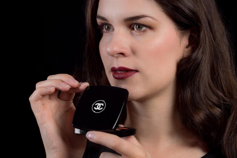 Beauty-Bloggerin RetroCat mit der Lidschatten-Palette aus Chanel Le Rouge Make-up-Kollektion 2016