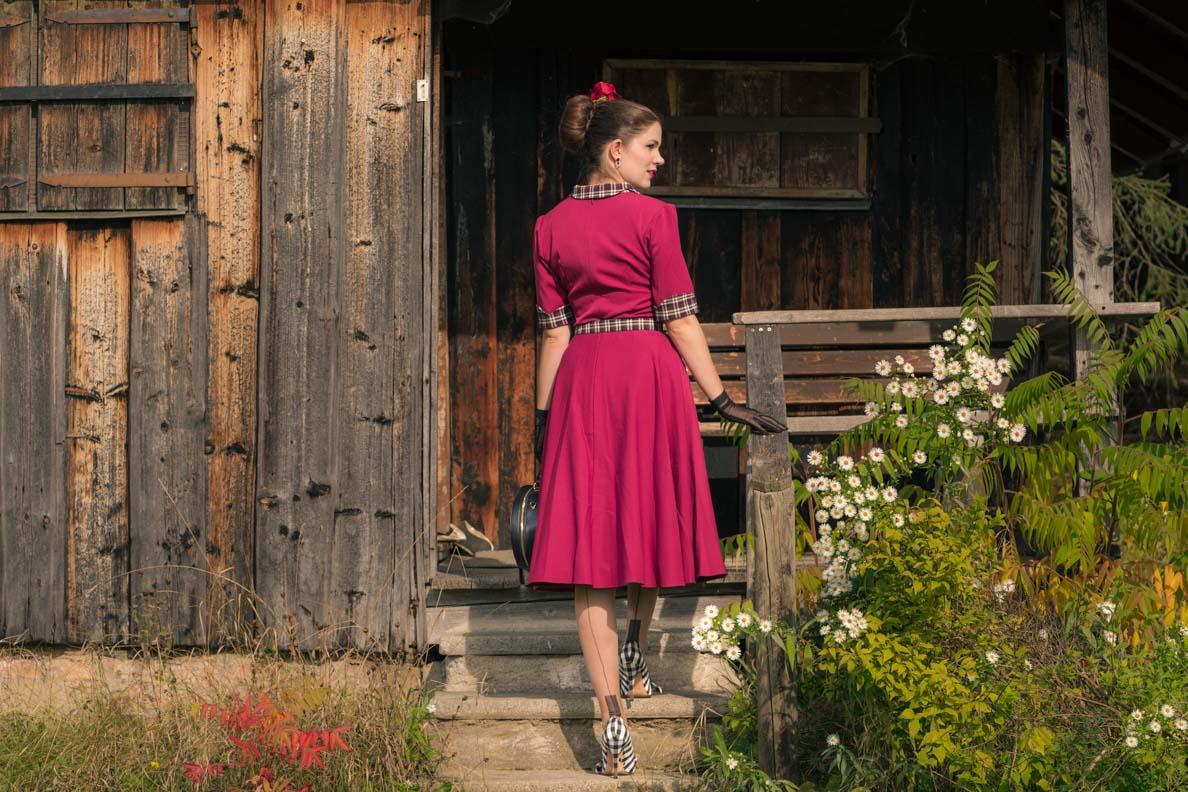 Vintage-Bloggerin RetroCat mit Retro-Kleid und Nahtstrümpfen