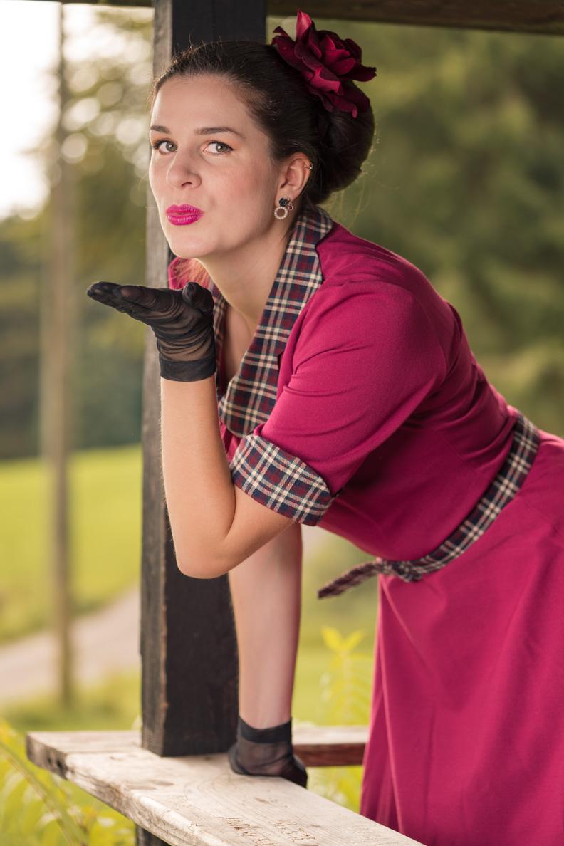 """RetroCat mit dem """"Ella 40s Swing Dress"""" und Handschuhen"""
