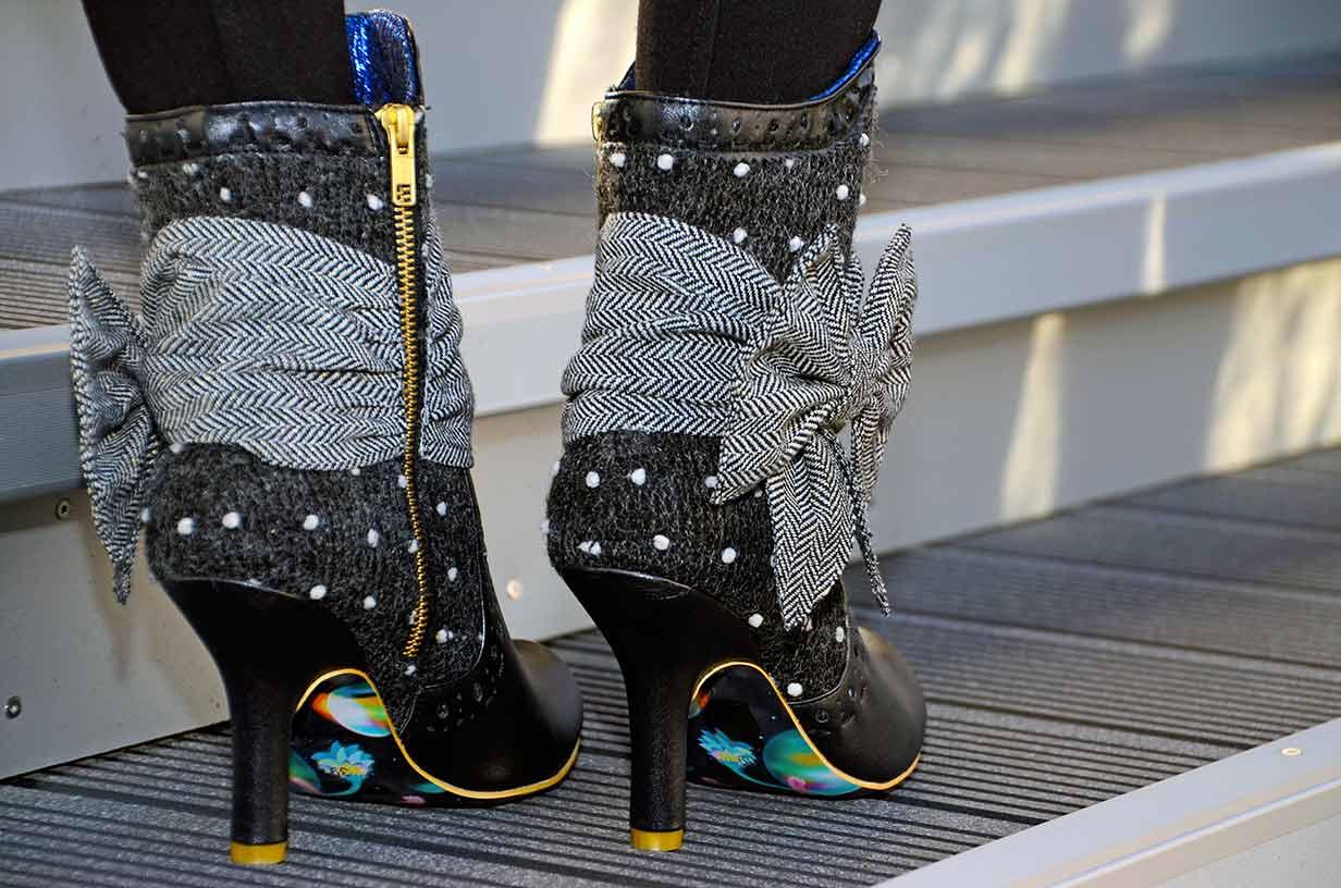 Vintage-Bloggerin RetroCat mit außergewöhnlichen Retro-Schuhen für Herbst und Winter