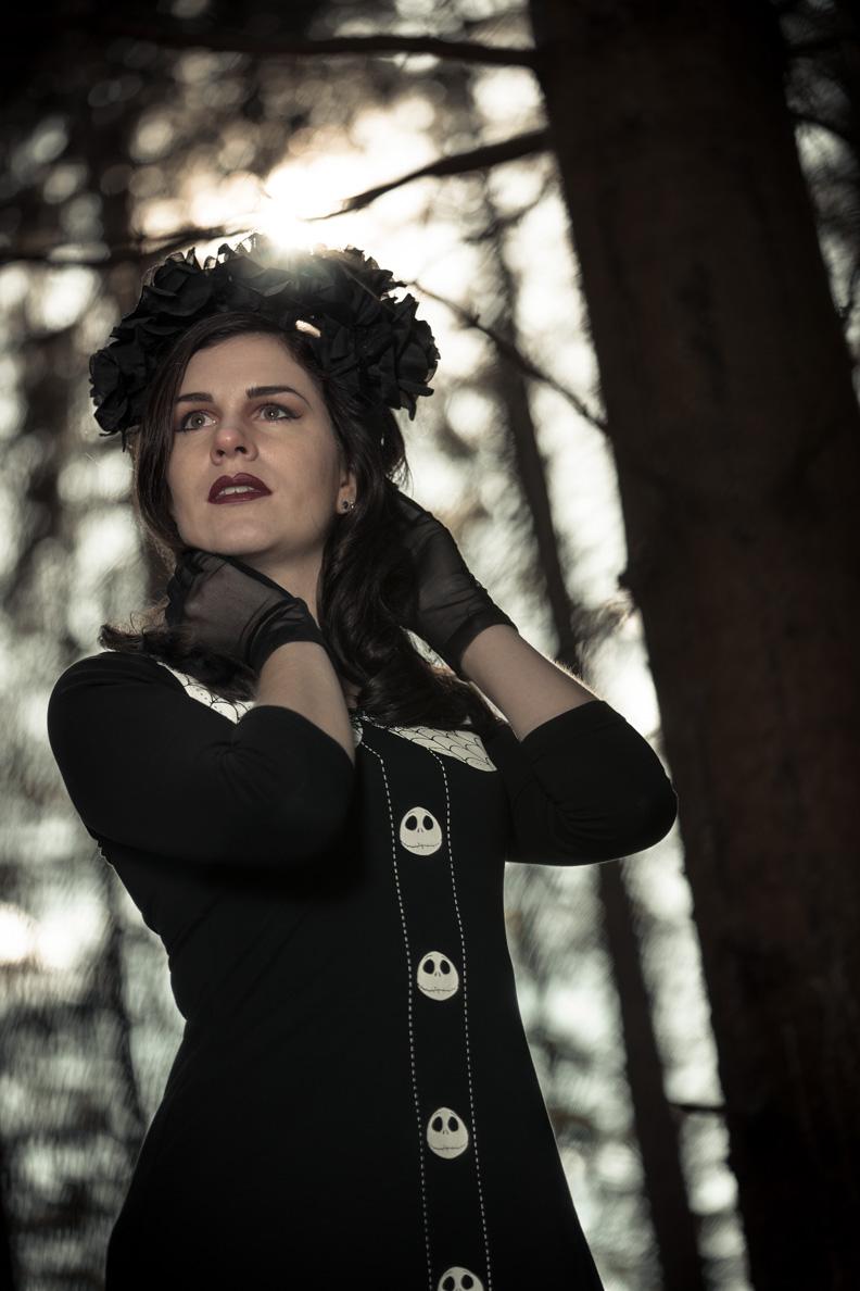 RetroCat mit einem schwarzen Rosen-Haarreif von Sophisticated Lady Hairflowers