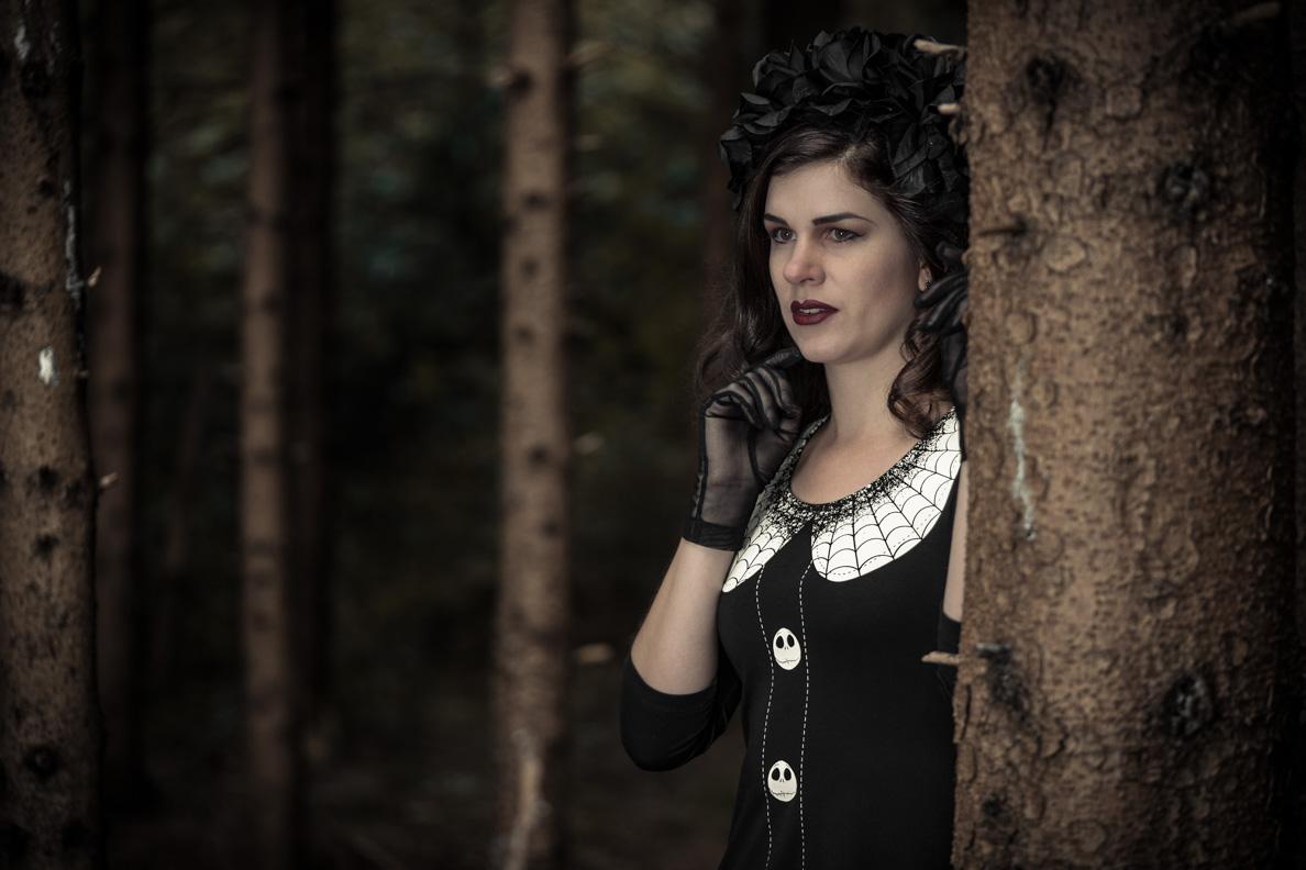 """RetroCat mit dem """"Nightmare Before Christmas""""-Kleid und einem Blumenkranz"""