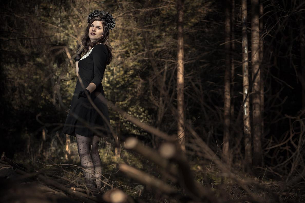 RetroCat mit Halloween-Kleid und Strümpfen von Secrets in Lace Europe