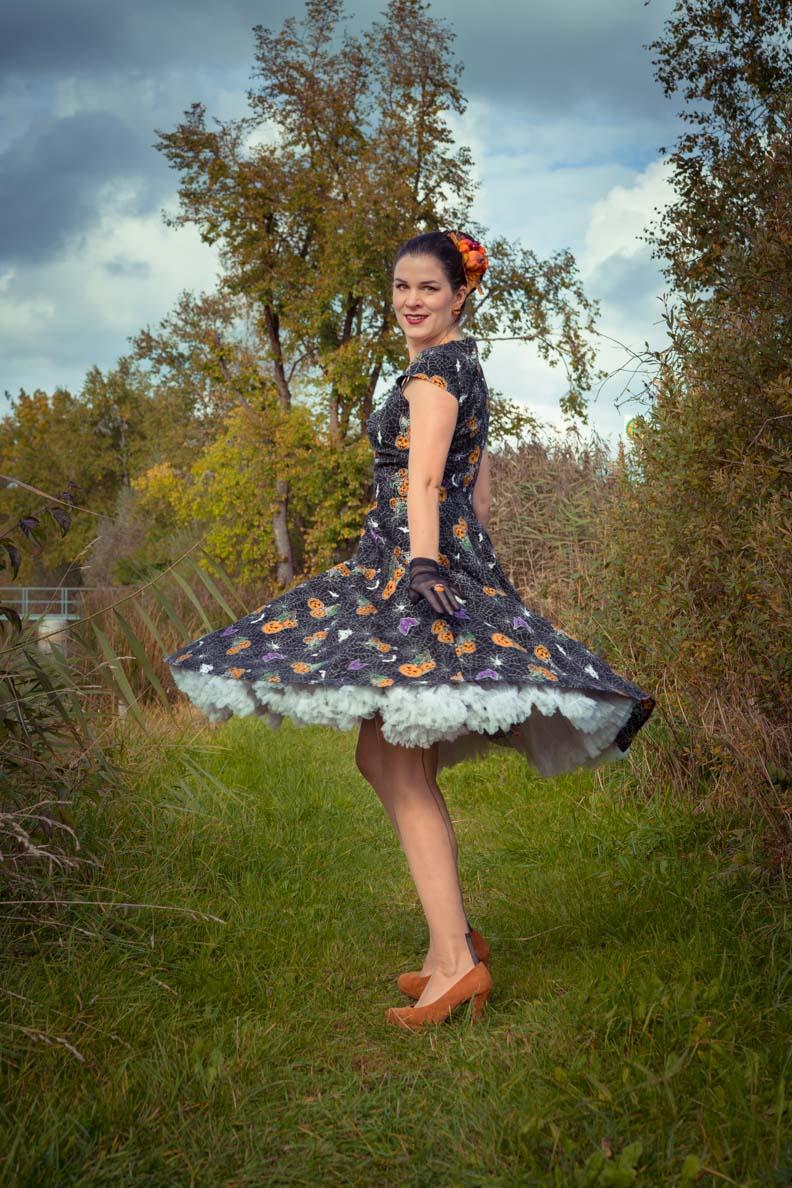 RetroCat mit einem Swing-Kleid von Hell Bunny und Petticoat