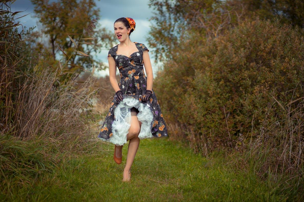 Vintage-Bloggerin RetroCat mit 50er-Jahre-Kleid, Petticoat und Retro-Accessoires