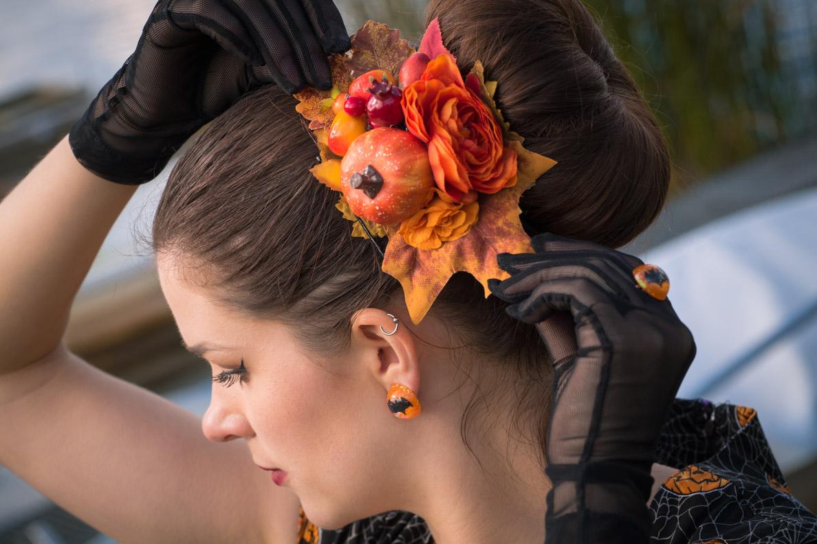RetroCat mit Kürbis-Haarschmuck von Sophisticated Lady