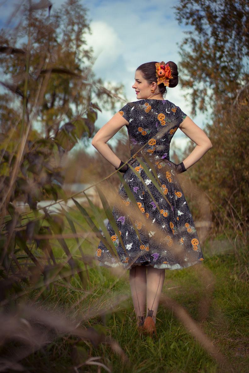 RetroCat mit Halloween-Kleid und Nahtstrümpfen von Secrets in Lace