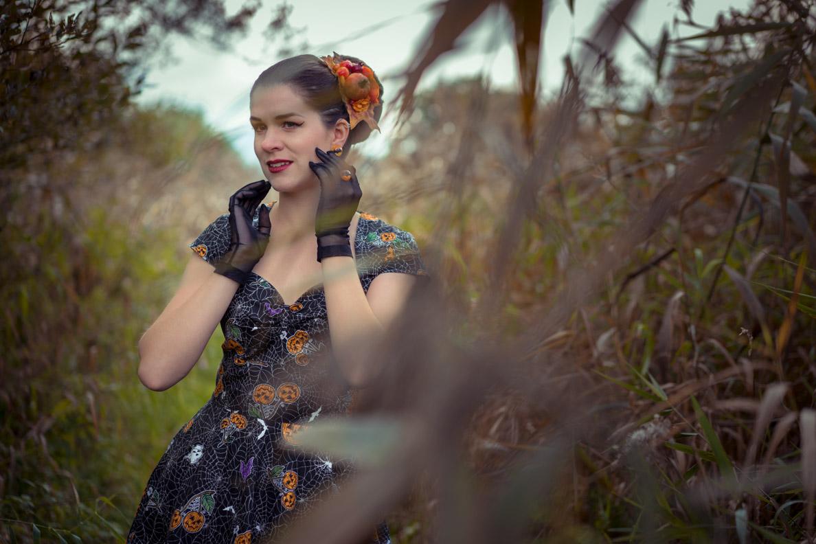 Vintage-Bloggerin RetroCat mit Halloween-Kleid und Handschuhen