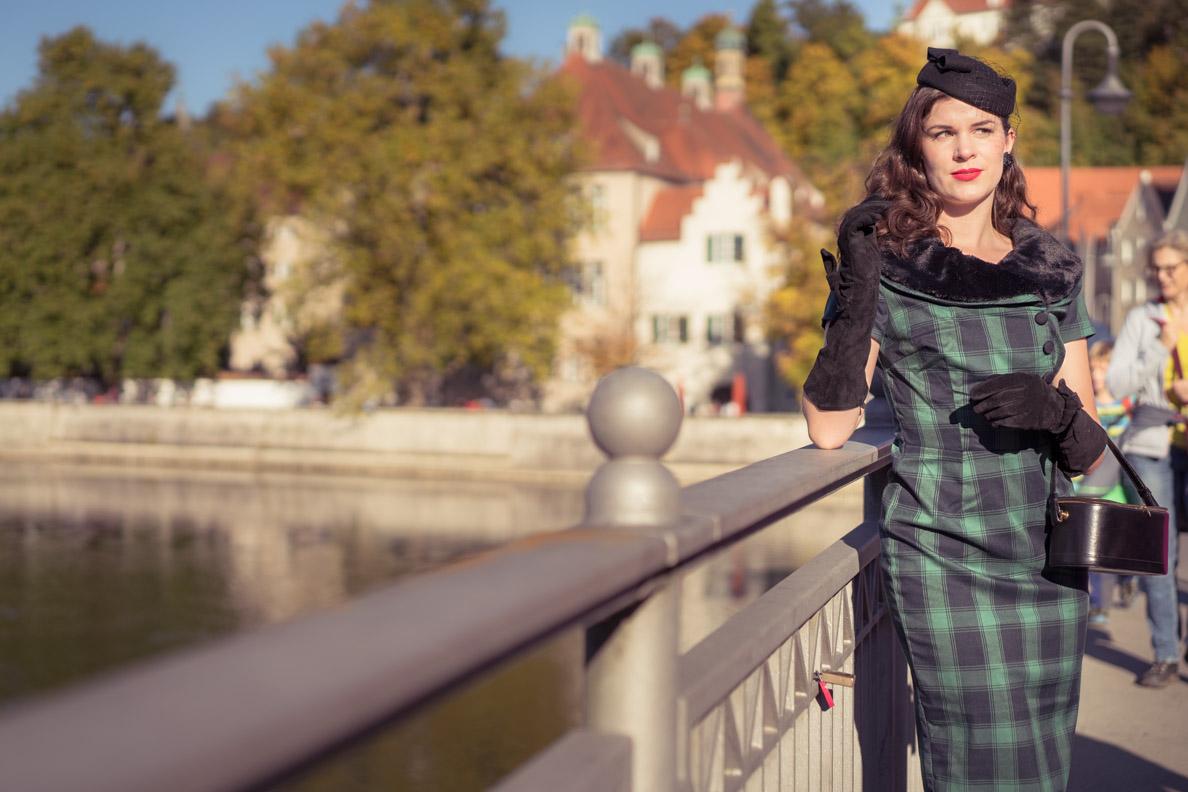 RetroCat in einem 40er-Jahre Kleid desingt von Rachel Jensen