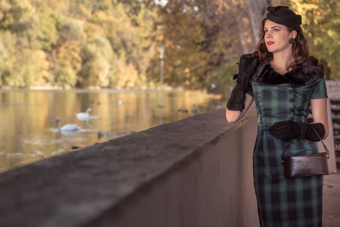 Fashion-Bloggerin RetroCat im Rachel Pencil Dress von Voodoo Vixen