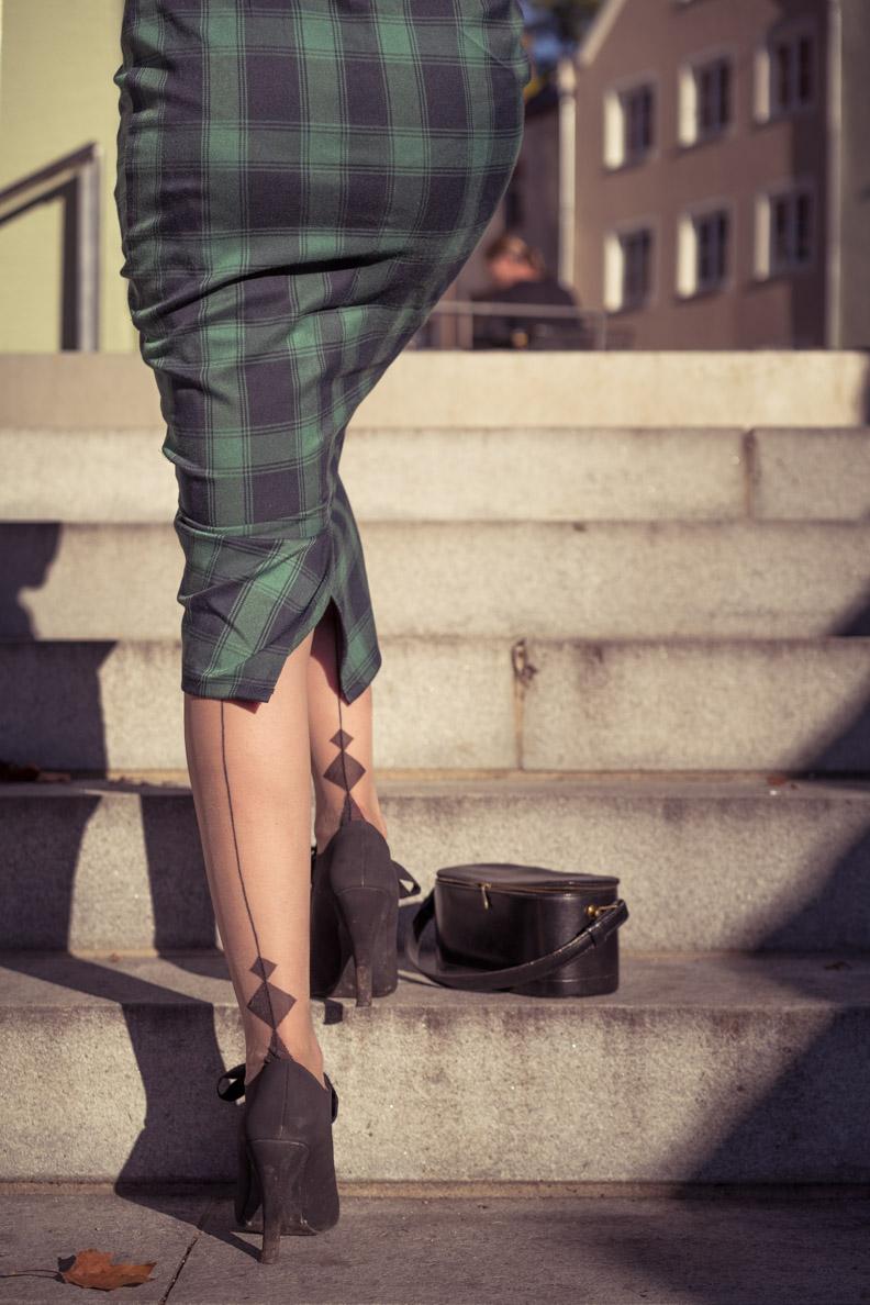 Vintage-Bloggerin RetroCat mit den Diamond Heel Nahtstrümpfen von Secrets in Lace Europe