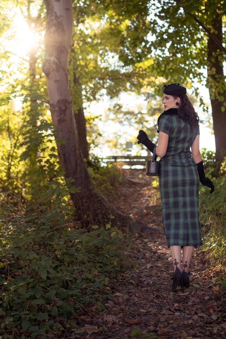 RetroCat mit dem Rachel Pencil Dress von Voodoo Vixen und Nahtstrümpfen