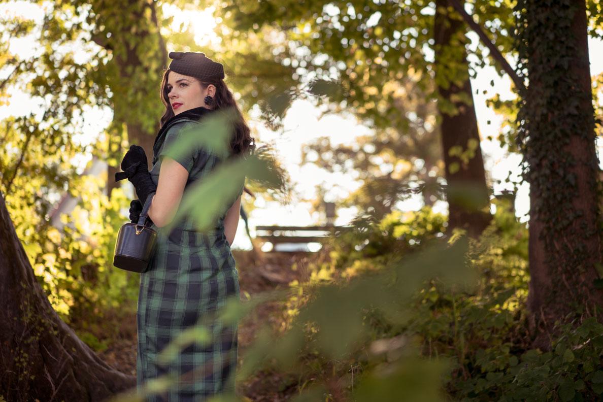 Vintage-Bloggerin RetroCat mit Retro-Kleid, langen Handschuhen und Hut