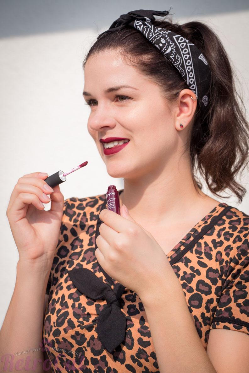 Beauty-Bloggerin RetroCat mit einem dunkelroten flüssigen Lippenstift von NYX