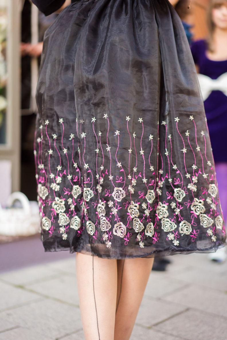 RetroCat in einem 60er-Jahre-Kleid mit Stickereien