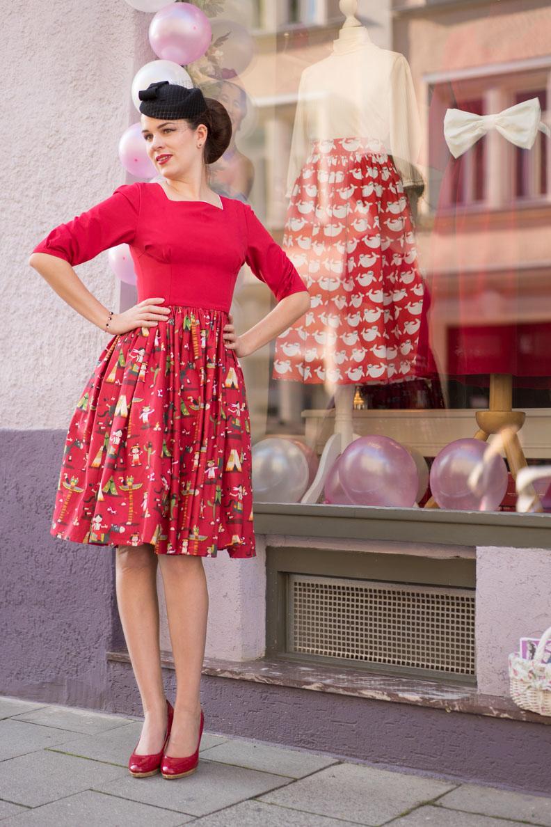 RetroCat in einem 60er-Kleid mit Novelty Print