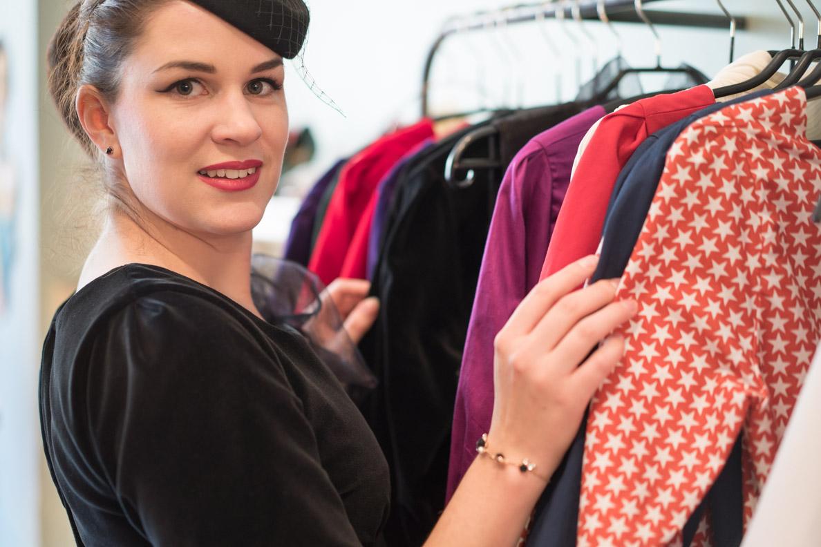Fashion-Bloggerin RetroCat beim Stöbern in der Boutique Maison Chi Chi Vintage