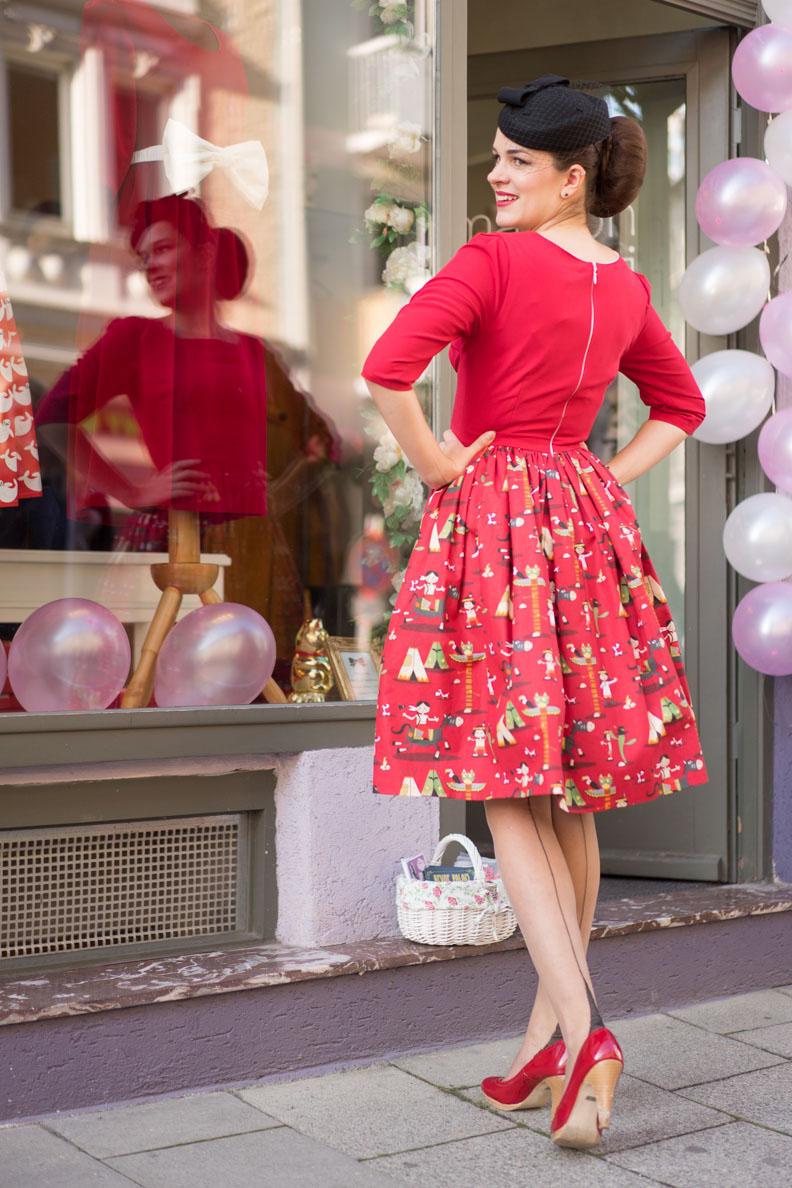 RetroCat in einem roten 60er-Jahre-Kleid von Grünten Mode