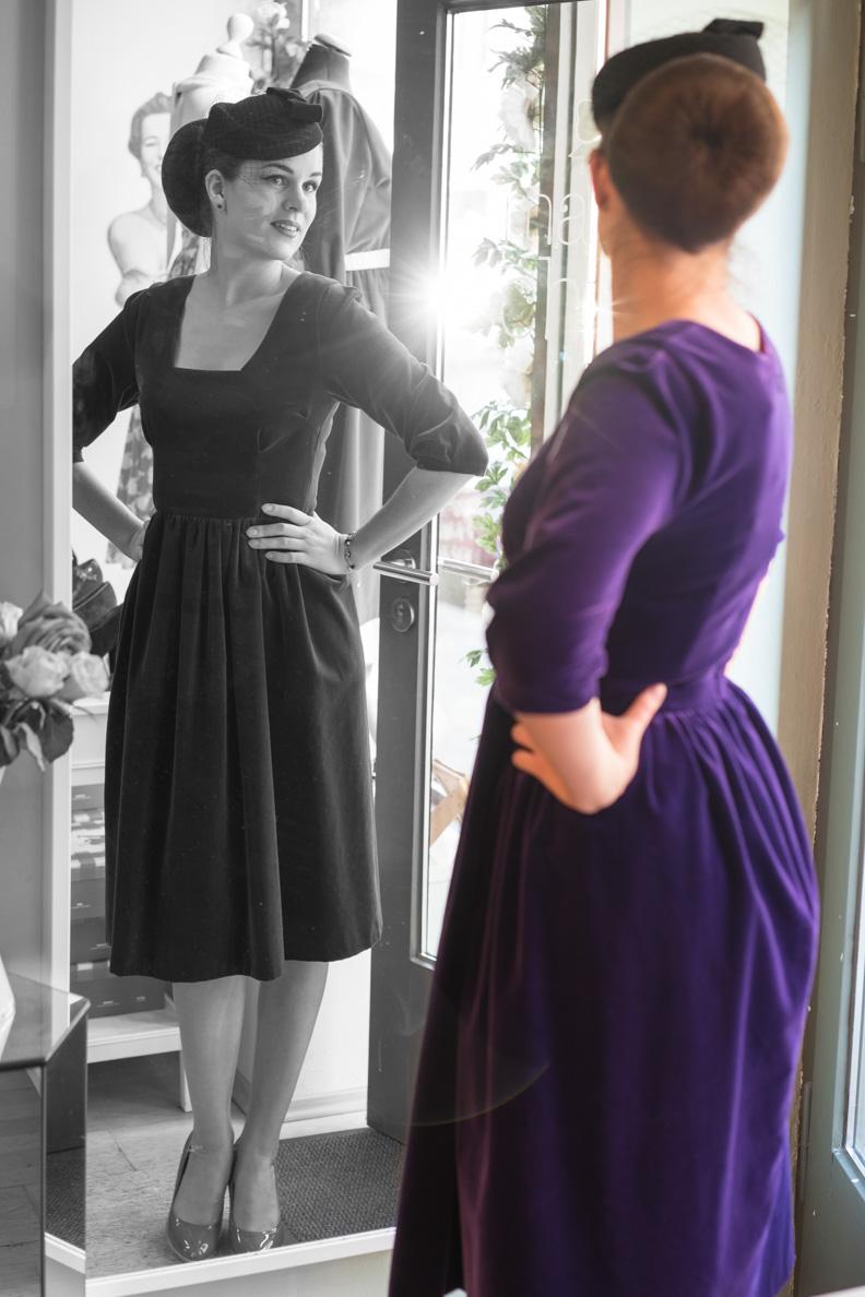 Vintage-Bloggerin RetroCat in einem lila Samtkleid von Grünten Mode