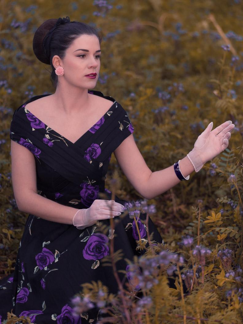 RetroCat im Retro-Kleid in einer Blumenwiese